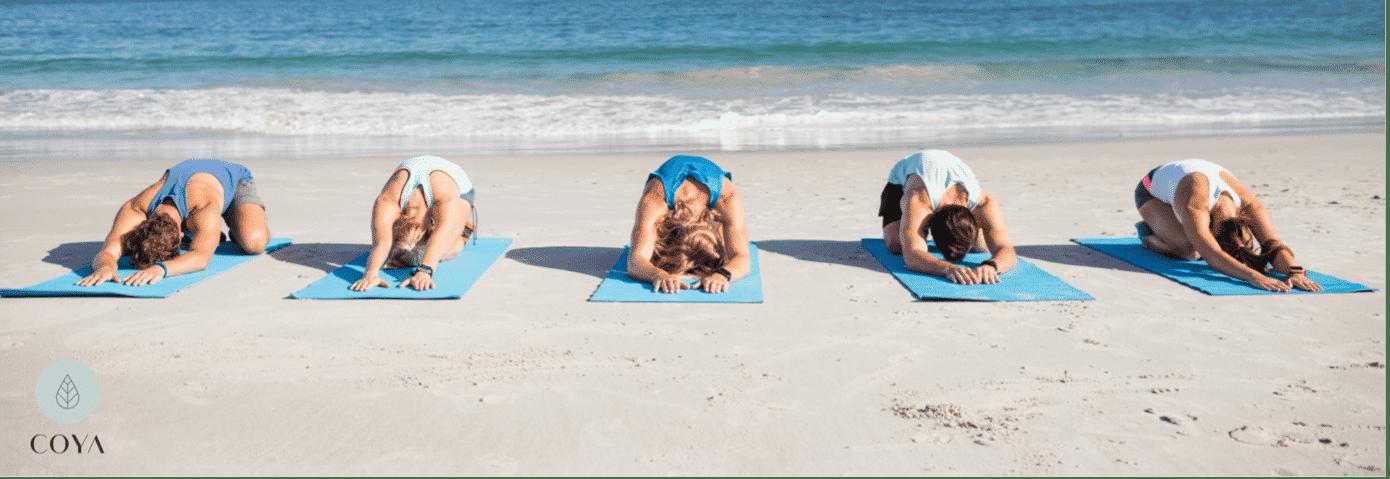Γυναίκες κάνουν γιόγκα στην παραλία