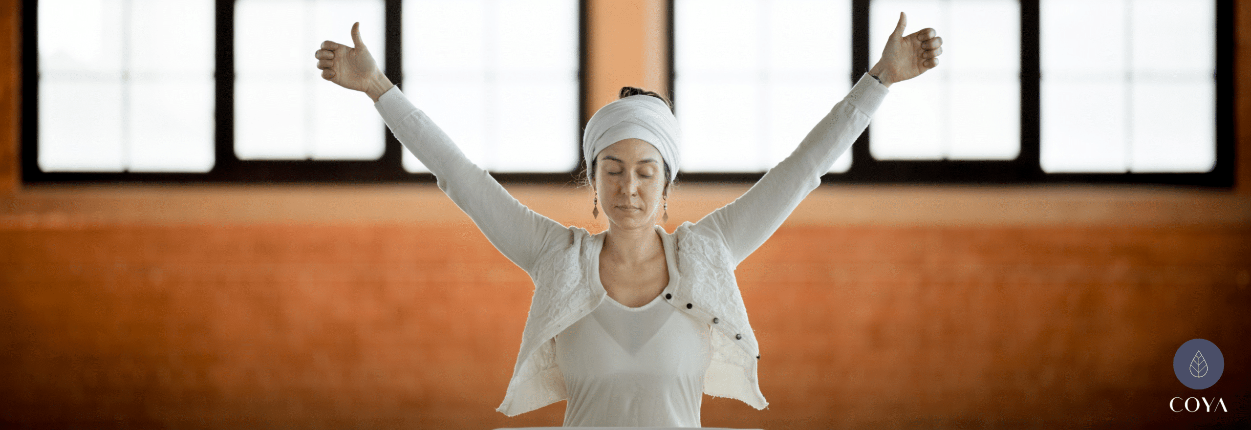 Μια γυναίκα με τα χέρια στον αέρα, για την kundalini yoga