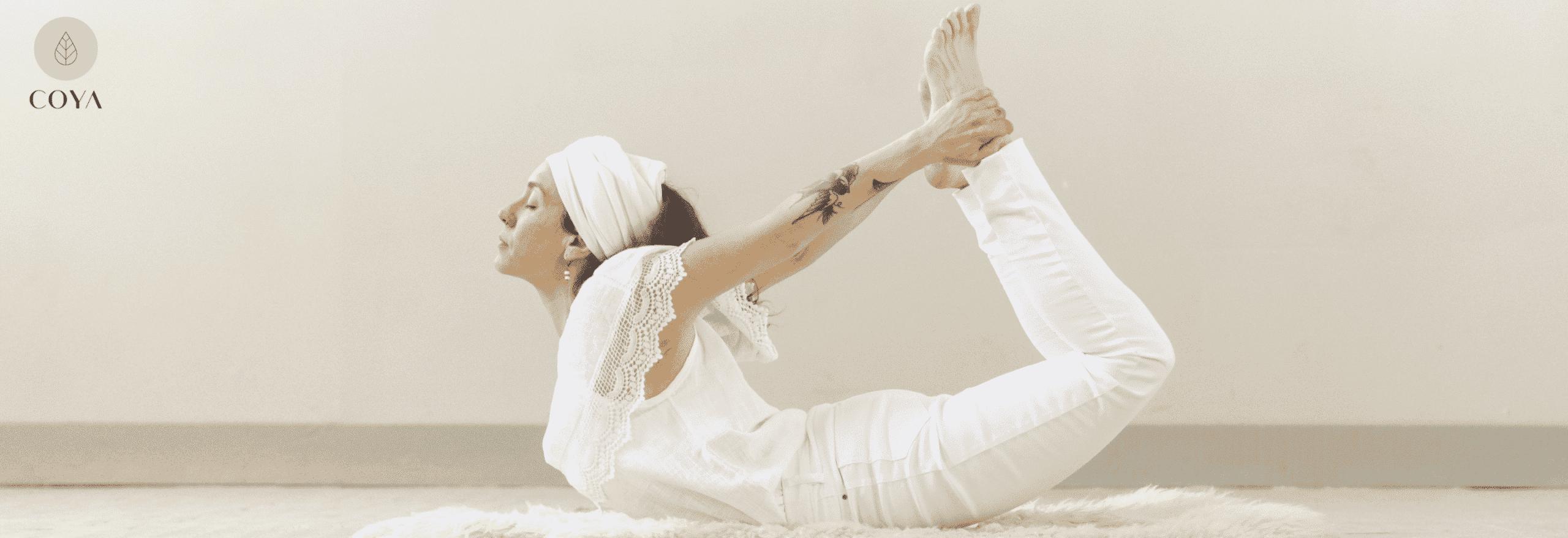 Μια γυναίκα που εκτελεί μια στάση kundalini yoga