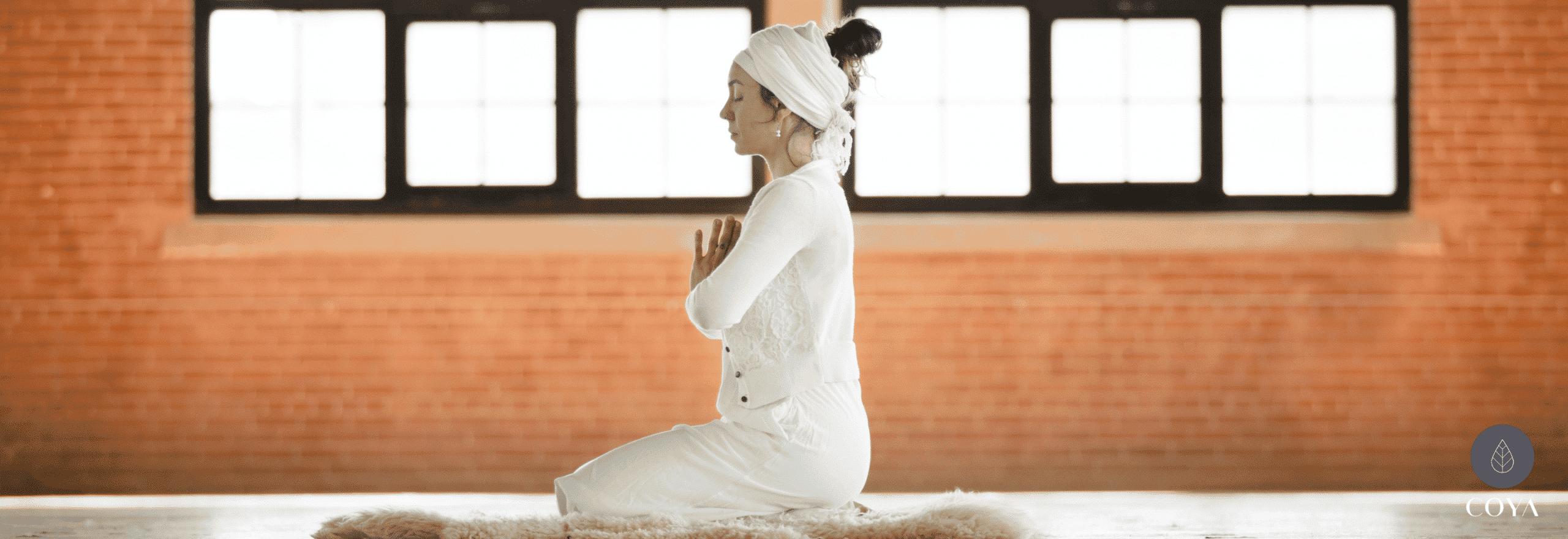 Μια γυναίκα που κάνει Kundalini yoga