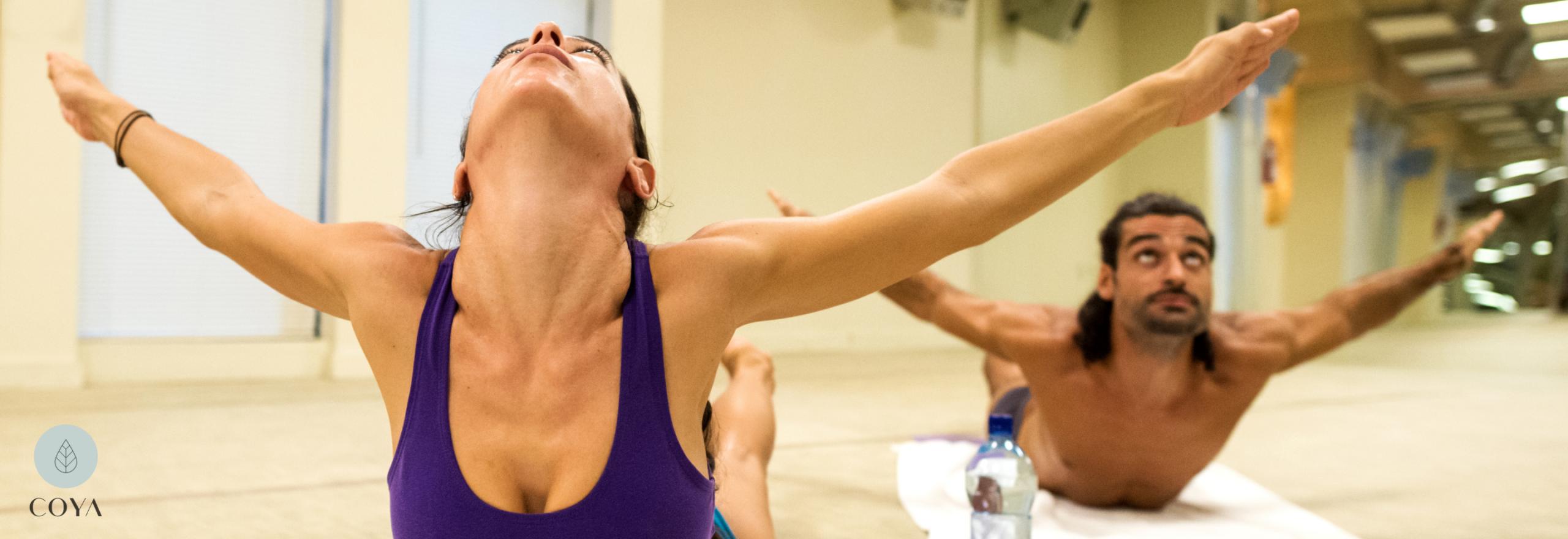 Ένας άνδρας και μια γυναίκα ασκούνται στη Bikram Yoga