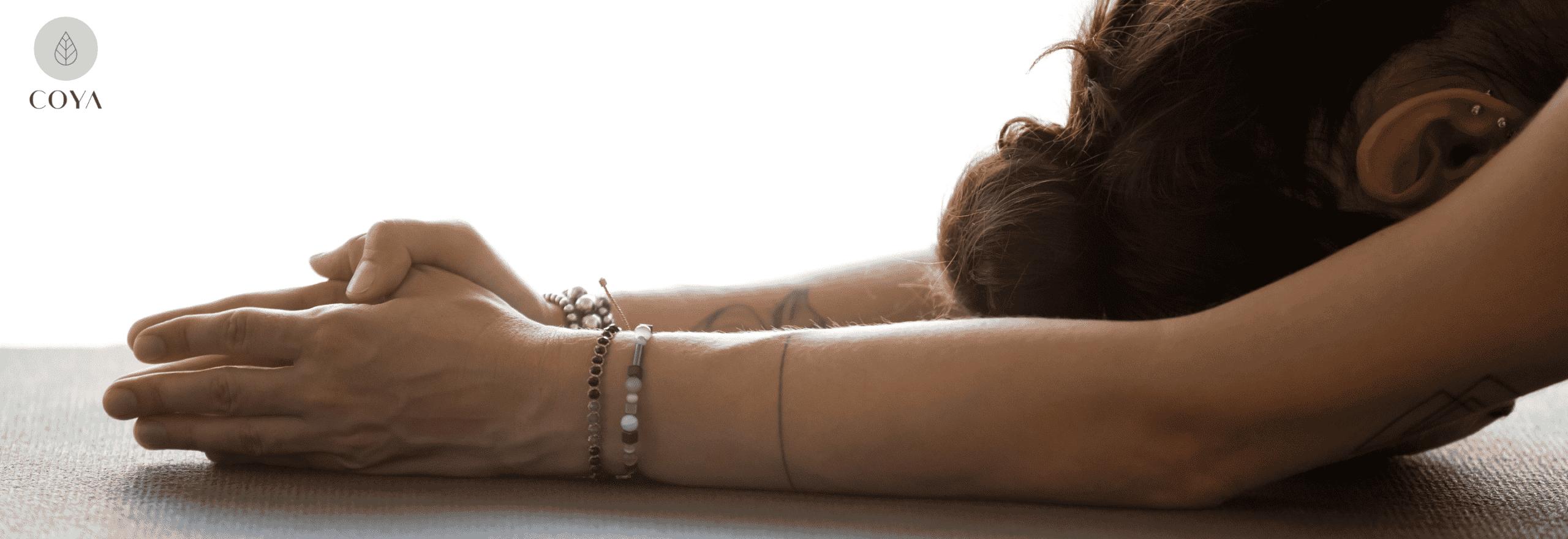 Μια γυναίκα που κάνει yin yoga