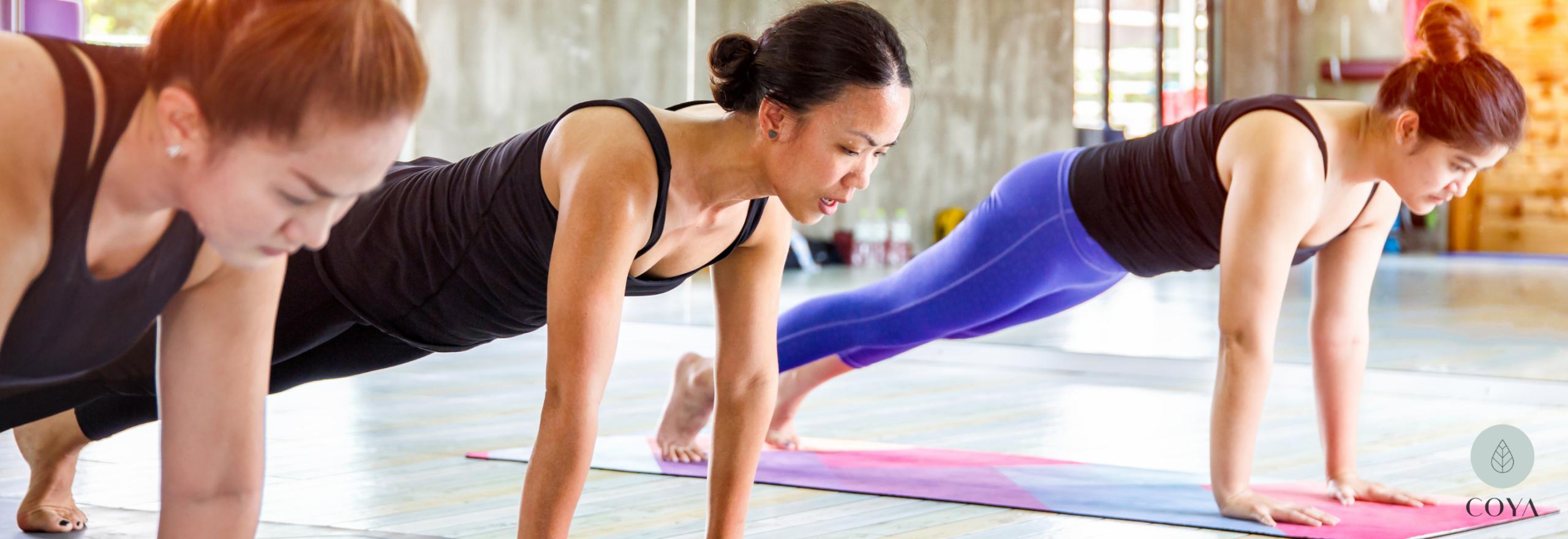 3 γυναίκες που ασκούνται στη Bikram Yoga